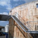 Een metalen trap met een technische verdieping op de site van Kallo voor Group Op De Beeck